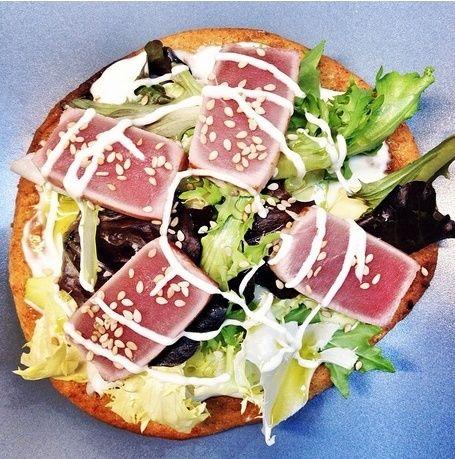 Falsa pizza de Torta Sin Azúcar con alioli de wasabi, ensalada de aguacate y atún rojo y queso añejo.