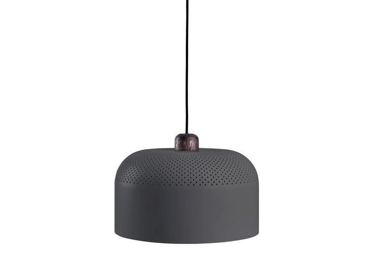 Boza lampe har hentet sin form fra industriell design, men er sendt gjennom et varmende skandinavisk designfilter, som har gitt den en luksuriøs kvalitet og lekre tredetaljer.