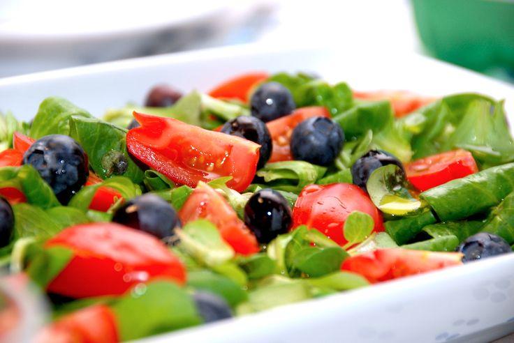 Se hvordan du laver en lækker vårsalat med blåbær og tomater. Vårsalaten er særdeles lækker i salatskålen, og dryppes med citron og olie. Vårsalat med blåbær og tomater er en dejlig og mild salat, …