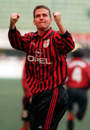 Exultation of Oliver Bierhoff (AC Milan, 1998–2001, 91 apps, 37 goals) with the jersey of the Centenary.