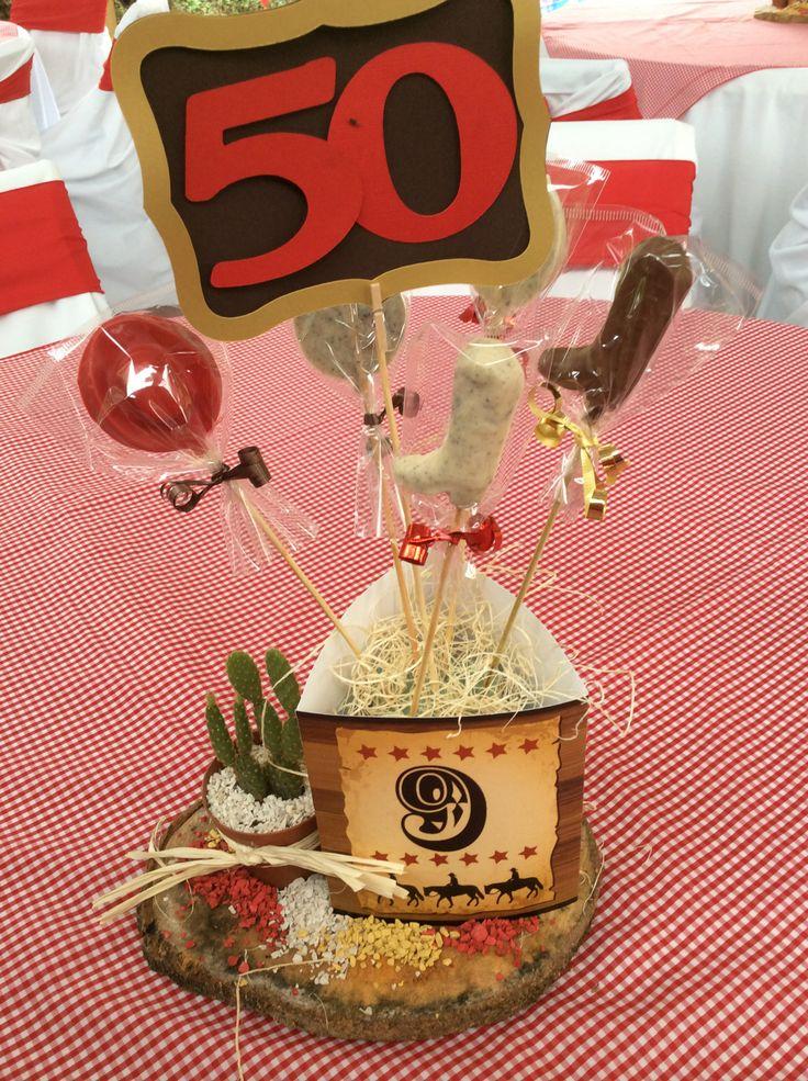 Centros de mesa, con chocolates en forma de botas y sombreros vaqueros y cactus naturales.