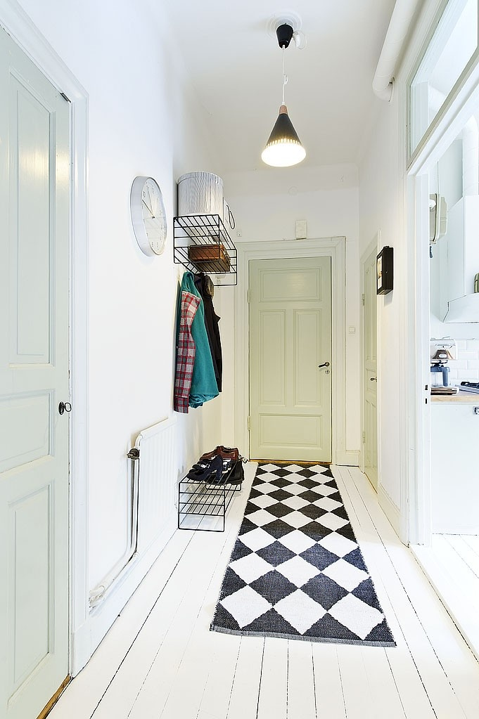 Love the look of the black/white mat on the painted white floor...could do this with a painted floor cloth.  Or cut floor piece from roll.