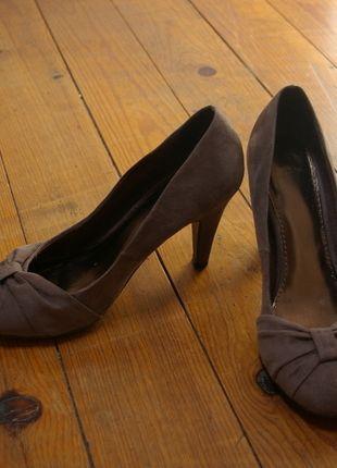 A vendre sur #vintedfrance ! http://www.vinted.fr/chaussures-femmes/escarpins-and-talons/14917324-escarpins-taupe-avec-noeud
