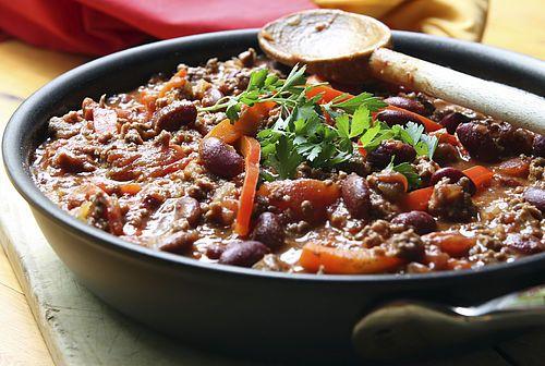 Zakje kruidenmix voor chili con carne? Echt niet nodig, je maakt het gewoon zelf. De combinatie van vezelrijke peulvruchten, mager rundergehakt en veel groenten maakt dit echt een PuurGezond Topper!