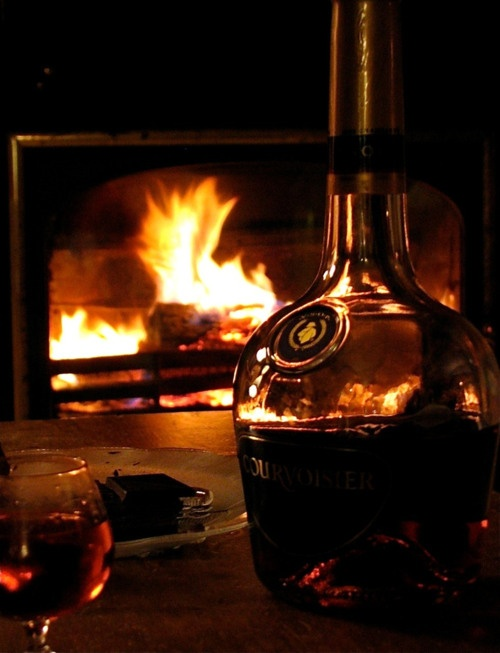 ♥ Time's coming! Roaring fire, lots of fluffy big pillows, warm socks, outrageous afgan and a mellow glass of red wine ... oh frabjous autumn!