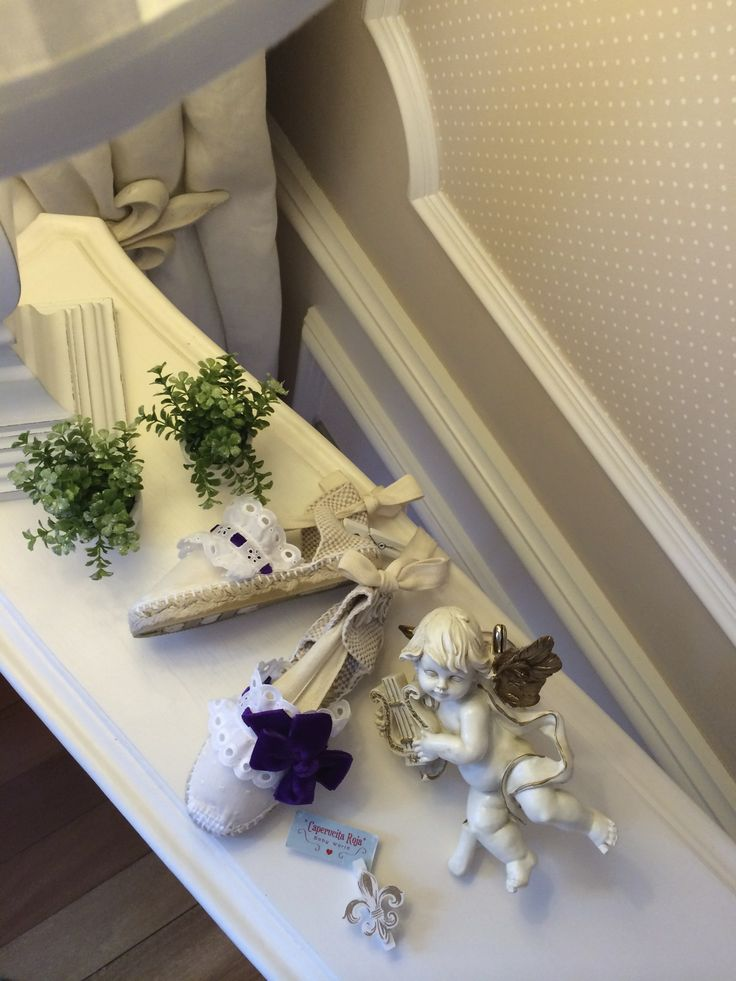Alpargatas planas de cintas en color crudo, forradas de tela plumeti en color vainilla, tira bordada blanca y lazote de terciopelo violeta.