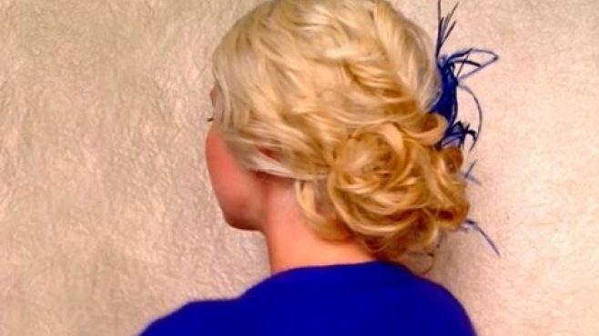 Kıvırcık Saçlar İçin Kolay Saç Örgü Modeli - Düğün, mezuniyet balosu, kutlama vb özel anlarınızda pratik şekilde uygulayabileceğiniz yeni trend saç modelleri, saç örgü modelleri, saç toplama teknikleri, en güncel kısa ve uzun saç modellerini sizler için biraraya getirdik. Güzel görünmek ve mükemmel saçlar için videomuzdan ilham alarak birkaç deneme ile istediğiniz sonuca ulaşabilirsiniz.