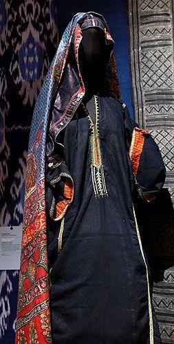 Yémen – Région de Sanaa – Tenue de femme yéménite Robe teinte en indigo et légèrement calandrée Brodée autour de l'encolure, aux manches et sur les coutures d'assemblage