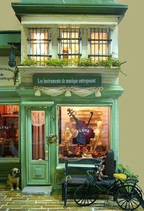 tienda de instrumentos con colores verdes claros. sensacion de tienda de pueblo pequeño, cercania  Alejandro Estevez