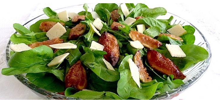 Que tal uma combinação de sabores diferentes? Receita de salada de rúcula com figos, muçarela de búfala, presunto de Parma e um molho delicioso| BH Mulher