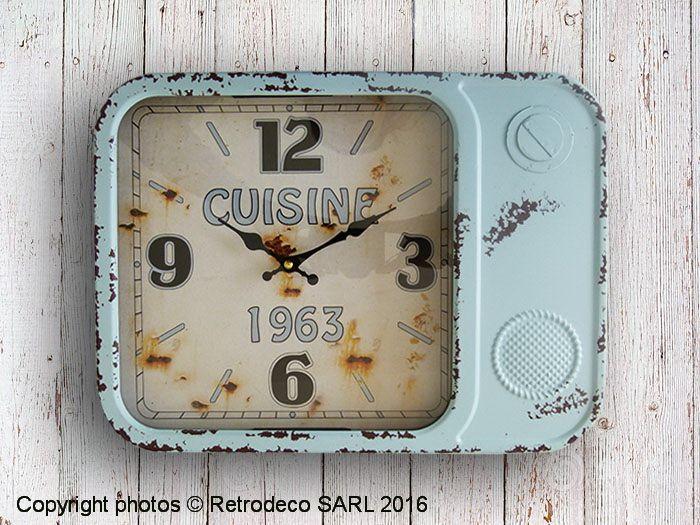 Coup de coeur pour cette petite horloge rectangulaire forme radio assez profonde en métal patiné bleu au look bien vintage. Idéale dans une cuisine. Une création Antic Line. Fonctionne avec une pile LR6.