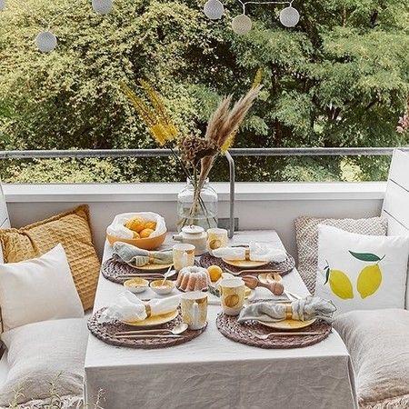 Terrazas grandes, pequeñas, balcones... espacios perfectos para disfrutar de un momento de relax en casa Small Spaces, Table Settings, Relax, Table Decorations, Backyard Ideas, Porches, Ideas Para, Interior, House