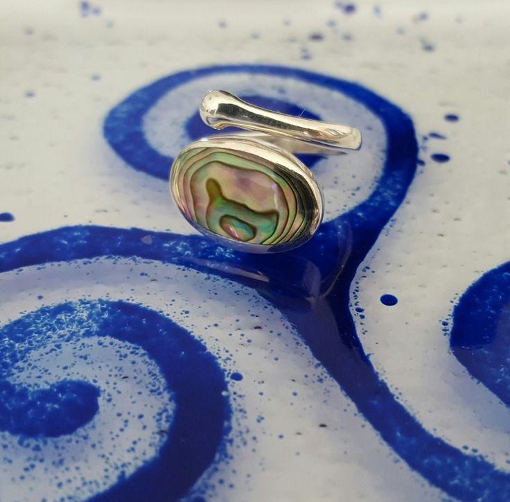 Abalone is het paarlemoer van een zeeoor schelp met een schitterend blauw en groen spectrum als van een regenboog, maar met minder zilverkleur dan gewoon Paarlemoer. Paarlemoer wordt al eeuwen lang aanzien als iets dat heel zuiverend en positief werkt. De kracht van de schelp zit in het paarlemoer en de werking ervan is zoals bij edelstenen.