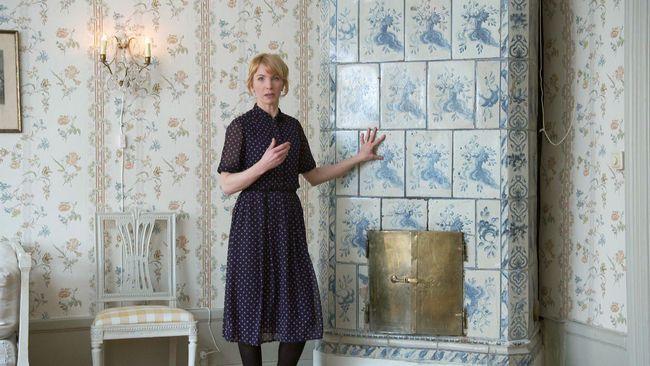 Del 4 av 8: Lägenhet i Gamla stan, Stockholm. Precis vid Storkyrkan i Stockholms historiska kärna, ligger ett lägenhetshus med anor från 1500-talet. Idag bor en barnfamilj i hyresrätten två trappor upp, som Christopher O'Regan guidar genom århundraden av blodbad, kungamord och fattigdom i kvarteret. Erika Åberg hjälper familjen underhålla sin bostad på ett hållbart sätt, bl.a. genom att täta dragiga fönster med lin och putsa kakelugnsluckor med citron. Alla hem har sin historia, men vad v...