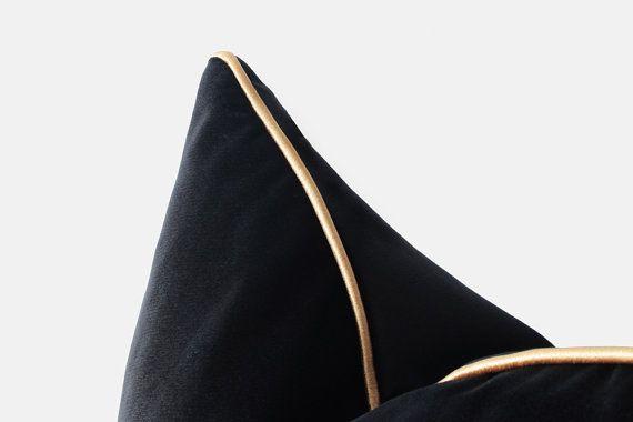 Fluweelzwart kussensloop met goud partement zwart en goud