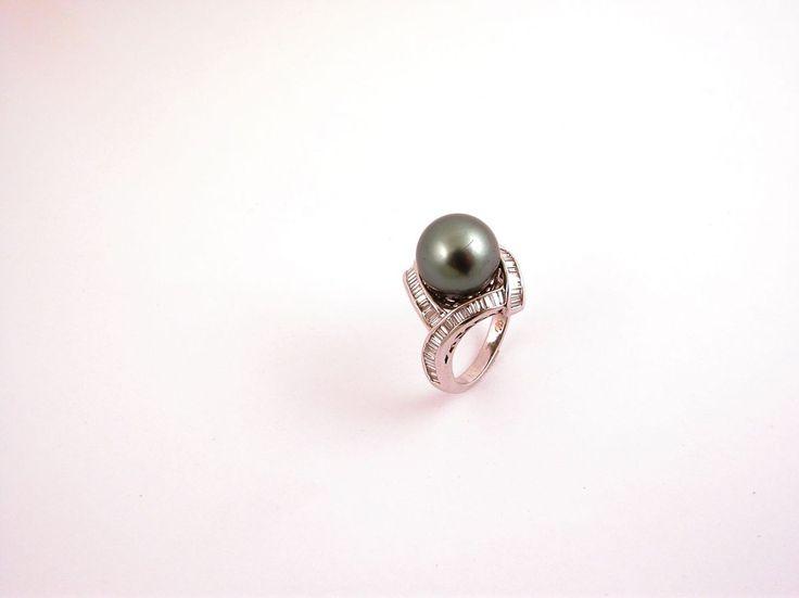 Anelli. Gli anelli di tutte le collezioni. Oro giallo, bianco e rosa di diversi carati d'oro (kt). Composti di diamanti di differenti carati (ct) e grammi (gr).