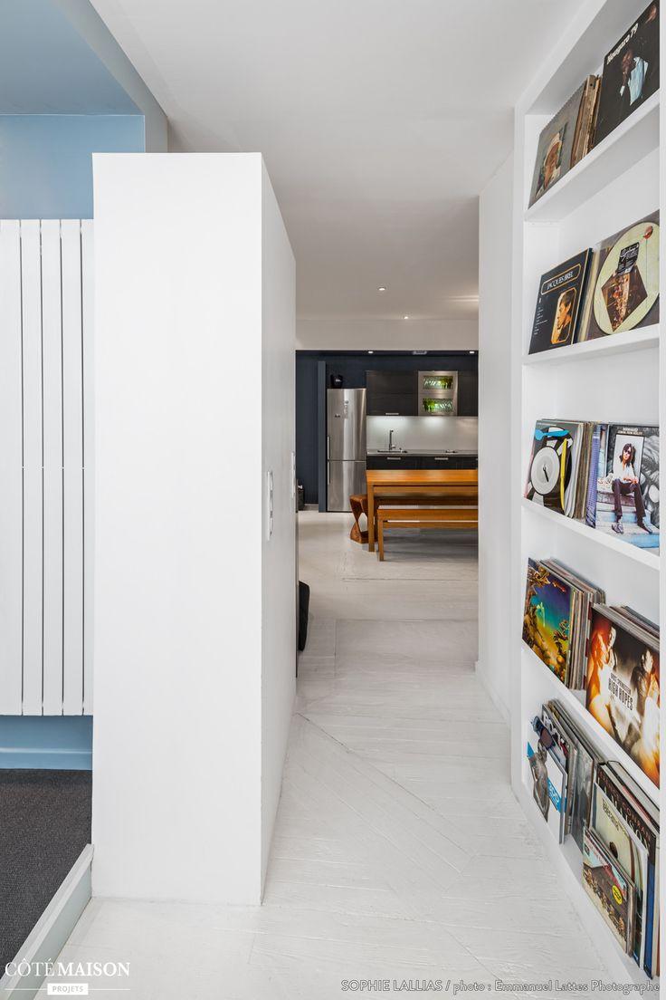 Exposé des vinyles dans un couloir sur une bibliothèque est une bonne idée de décoration.