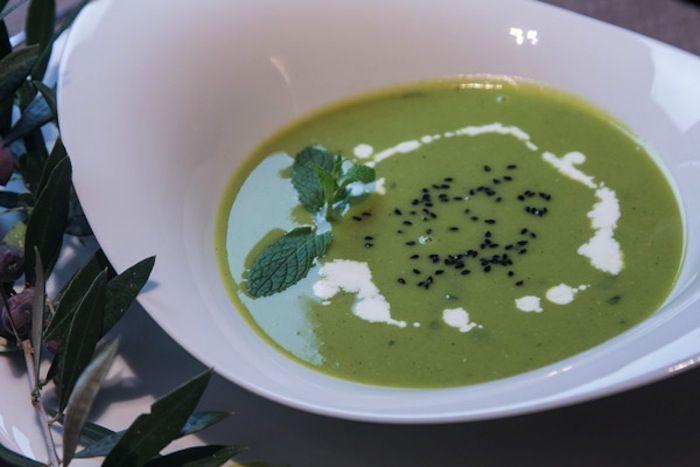 Η κλασσική σούπα της Βρεττανικης κουζίνας με αρακά, μέντα και μπείκον που φωτίζει με ανοιξιάτικο χρώμα τον χειμώνα