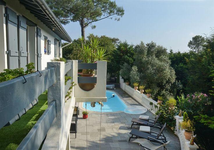 Bidart proche Biarritz, jolie villa de 160 m² habitables sur 2 niveaux exposée au sud bénéficiant d'une vue sur les montagnes. Studio indépendant. Terrasse sur piscine. Jardin arboré de 990 m². Garage.
