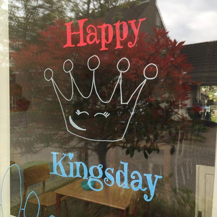 Happy Kingsday. Wij zijn al aan het versieren voor koningsdag.  Op de ramen maakte we deze leuke krijtstifttekening. Het sjabloon kun je vinden op mijn Pinterestbord Free printables / Freebie zodat jij hem ook kan maken. Veel plezier ermee. #cecielmaakt #chalkpaint #raamtekening #raamdecoratie #koningsdag #happykingsday #kingsday #windowdrawing