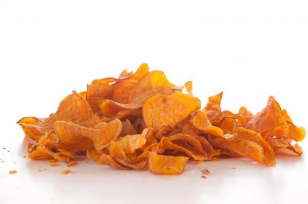 Cómo hacer chips de calabaza. Una forma diferente de presentar los vegetales es preparándolos en chips, y es que más allá de la patata existen todo un mundo de alternativas posibles para elaborar este crujiente aperitivo o acompañ...
