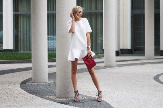 Sukienka z asymetryczną falbaną Biała