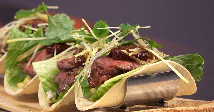Det här kan man kalla lyxtacos! Majstortillas fyllda med rubbad ryggbiff, hemgjord salsa med ananas, guacamole och korianderfärskost!