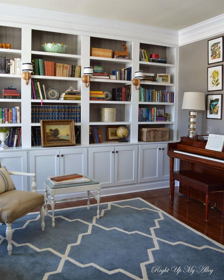 Small space and lots of books? Blogger @Tracy Laverty details how to build gorgeous, custom built-in bookshelves! Click through to read more!