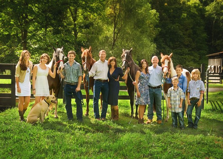 extended family photo session with horses by Casual Moments Photography