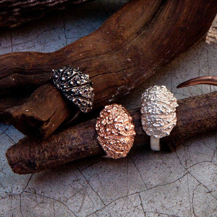 As conchas e outros animais marinhos que encontramos na areia, em geral, estão quebrados. E mesmo assim são belos. O anel, de prata 950, remete a esses fragmentos, relíquias de uma vida longínqua, misteriosa e bela. Em prata 950, disponível também com banho de ouro rosa ou ródio negro.