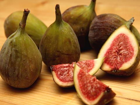 Mennyei Füge lekvár recept! A füge - mint minden gyümölcs - frissen az igazi, de mivel nagyon szeretjük, egész évben szeretnénk ha rendelkezésre állna. Így hát készítsünk belőle lekvárt! ;)