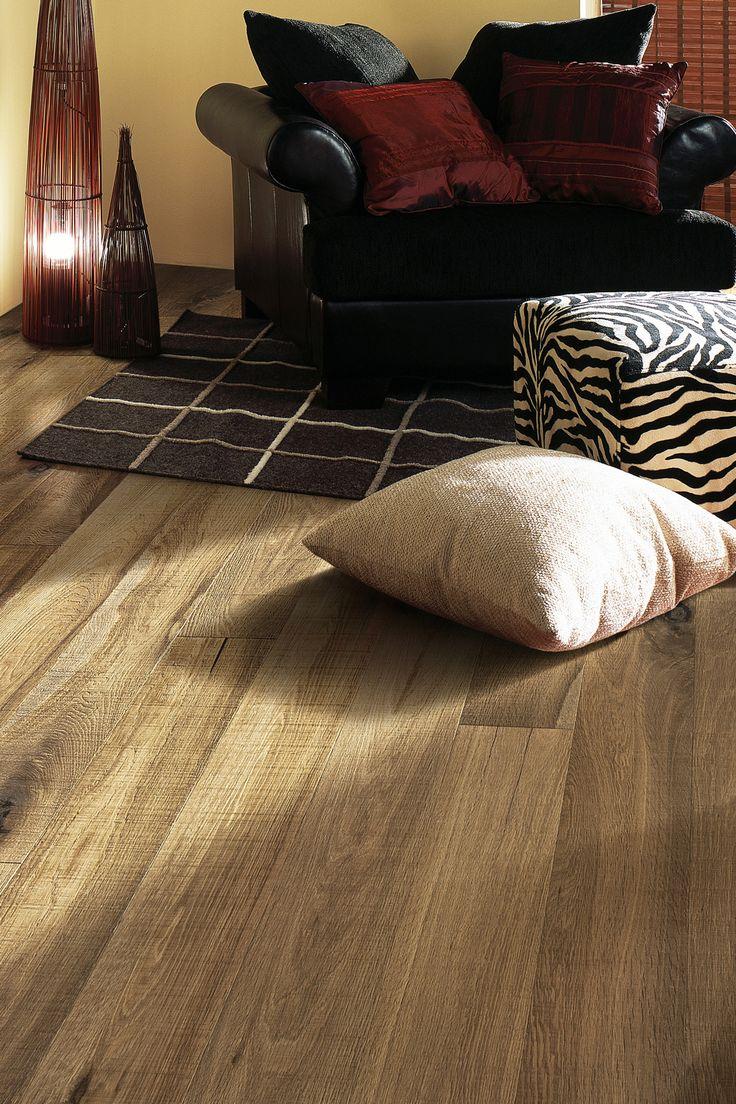 Parchetul de stejar Safari este unul rustic, ce pune in evidenta frumusetea nodurilor si crapaturilor lemnului. Lamelele pastreaza textura de lemn proaspat taiat, cu noduri si crapaturi autentice. Nuanta de castaniu intens e obtinuta prin afumare.