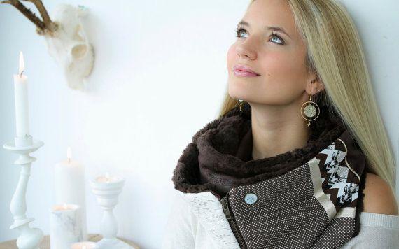 10% korting €100 Nieuwprijs €90 Een sjaal, een scala aan mogelijkheden... De ZIP-model is gebaseerd op een slim concept waarmee de sjaal dragen op verschillende manieren. Deze rits aan het einde van de sjaal maakt het mogelijk om het sluiten van de ring: de sjaal wordt haarband of stola. De sjaal is ook klassiek: geknoopt in één of twee secties. Model CELESTE: Sjaal in bruin suède bekleed met namaakbont Brown - Meng herten, erwten en kant op gouden stof Elke sjaal met een ruit YOUPLA wor...