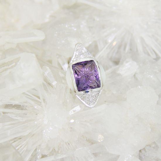 Liontin Batu Amethyst | Berasal dari Brasil 4,5ct | Dibalut emas putih 3,8gram & berlian 0,05ct | Rp 4.000.000