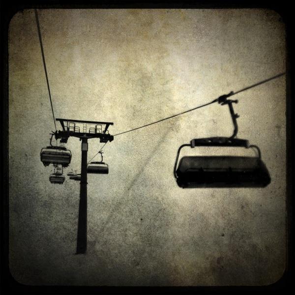 Skiing lift by Pez Brige  http://www.flickr.com/photos/bezbrige/