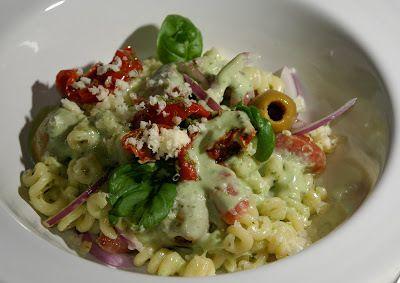 Pasta med basilikasås, chorizo och lätt soltorkade tomater - http://www.mytaste.se/r/pasta-med-basilikas%C3%A5s--chorizo-och-l%C3%A4tt-soltorkade-tomater-2222819.html