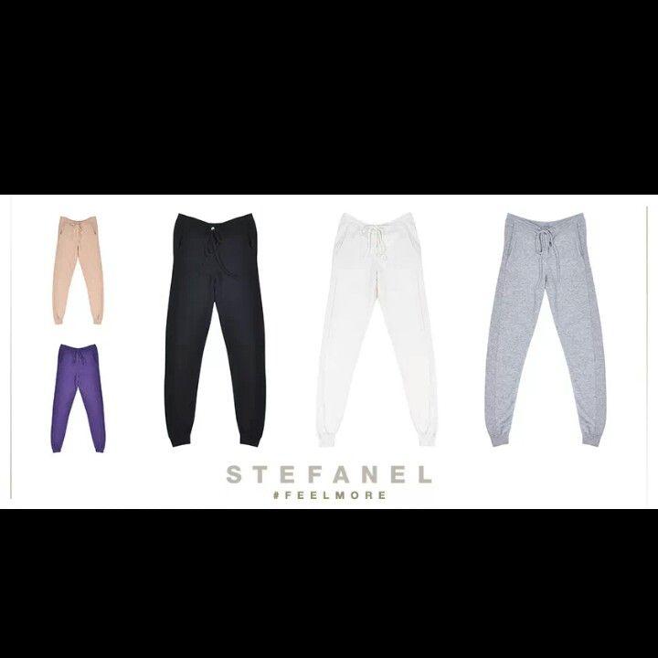 Caldi, colorati, pratici e divertenti. I pantaloni con coulisse sono perfetti per un look sporty-chic