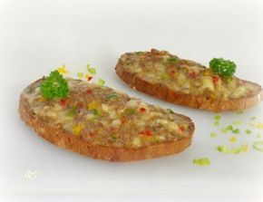 Für überbackene Brote mit Faschiertem, Jungzwiebel abziehen und in feine Ringe schneiden. Paprikaschoten waschen, abtrocknen, entkernen und in