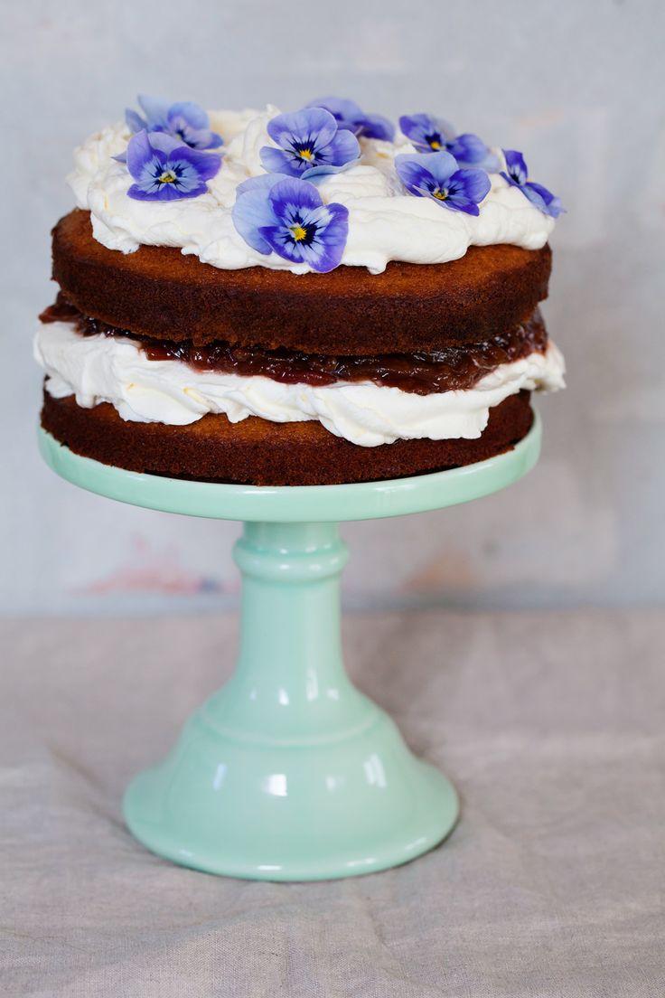 SPONGE CAKE WITH RHUBARB JAM; GET THE RECIPE HERE!! LAGKAGE MED RABARBER SYLTETØJ