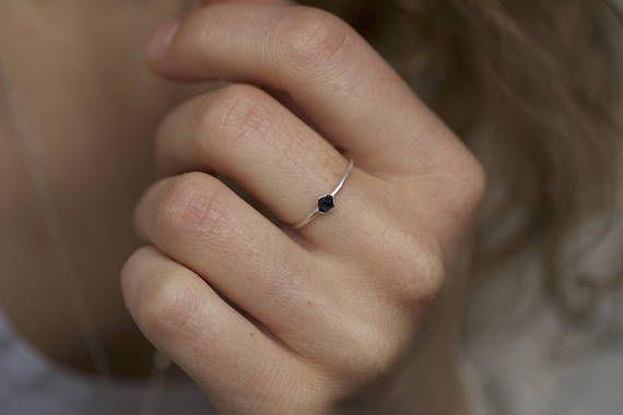 Silber Elektrogeformten grobe blauen Saphir Edelstein Stapelring / / blaue Saphir-Ring / / blaue Edelstein-Ring / / stapelbare Edelstein Ringe / / Geschenk Dieses Angebot ist für ein dunkel blauer Saphir Ring nur. DETAILS: Stein: natürliche dunkelblauen roh Saphir (wärmebehandelt)