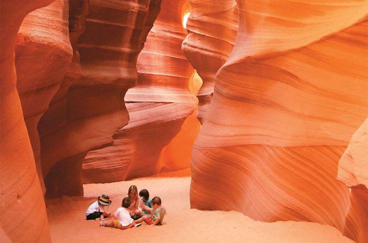 Crianças no fotogênico Antelope Canyon, nos Estados Unidos