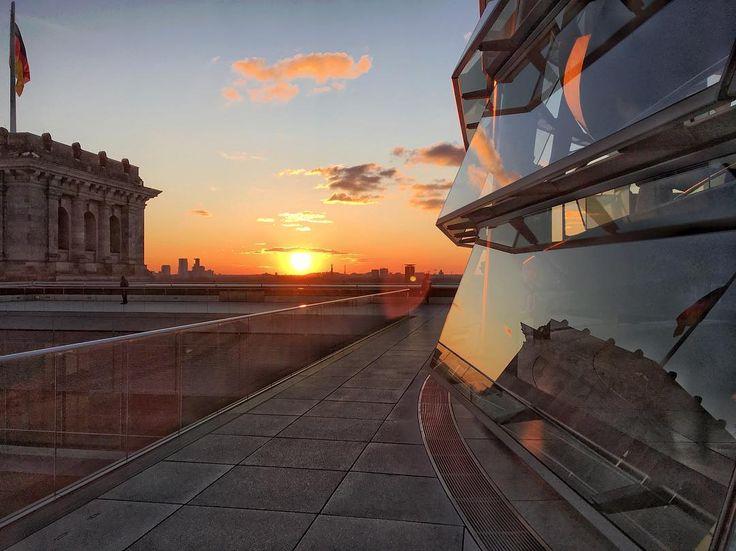 Man nehme 800 t Stahl, verglase sie mit gut 3000 qm Glas, garniere alles mit einem Traumblick zum Sonnenuntergang hoch oben in der Kuppel des Reichstags. Berlin kann ja doch richtig schön sein 😉So eisig kalt sich die Hauptstadt heute präsentiert, so cool ist es aber auch. Danke für einen wunderschönen Tag. #berlin #reichstag #reichstagskuppel #sonnenuntergang #sonne #winter #wintersun #spiegel #himmel #kalt #reisen #clouds #sky #travel #deutschland #visitberlin #visitgermany #auszeit…