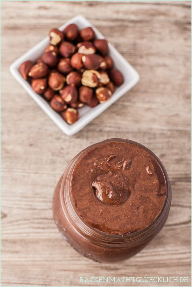 Mein Basisrezept für gesundes Nutella. Der selbstgemachte Schokoaufstrich ist nicht nur vegan. Man kann diesen gesunden Brotaufstrich sogar ohne Zucker und Haselnüsse herstellen.