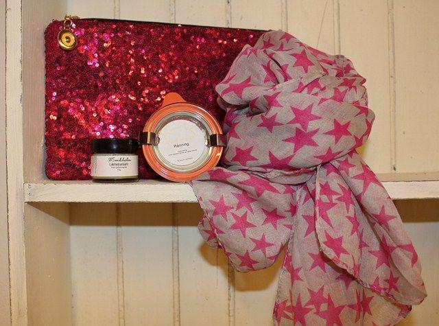 Studenter gave med pink toner bestående af pink paliet clutch til 99,-, chiffon tørklæde med pink stjerner til 99,-, ansigtsmaske fra Munkholm til 59,- og Munkholm læbebalsam til 39,-    Find det hele her: www.tankestrejf.dk