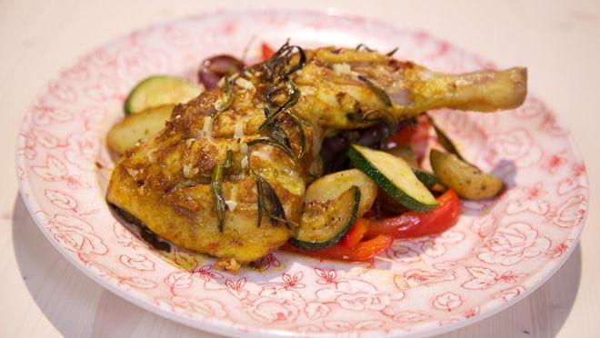 een bakplaat bekleed met bakpapier. Snijd de kippenbouten kruislings in. Besprenkel de kip met olijfolie en bestrooi met de kerriepoeder, chilivlokken, de...