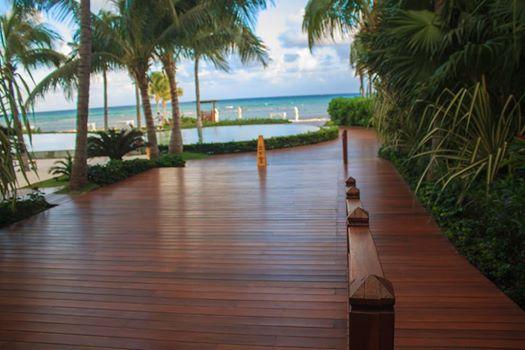 Лестница к морю в секции Grand Class Ambience отеля Гранд Велас Ривьера-Майя.  http://rivieramaya.grandvelas.com/russian/