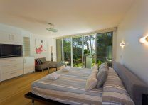 Little Cove Court - Master Bedroom - Little Cove Apartments Noosa