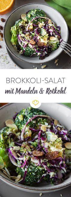 Zeit für Brokkoli! Kalt statt warm ist er als bunter Wintersalat mit gerösteten Mandeln und buntem Rotkohl das ideale Feierabend-Gericht für Clean-Eater.