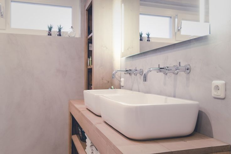 Concrete walls in a modern interior bathroom.  Wanden van beton in een moderne maar sfeervolle beton-cire badkamer.