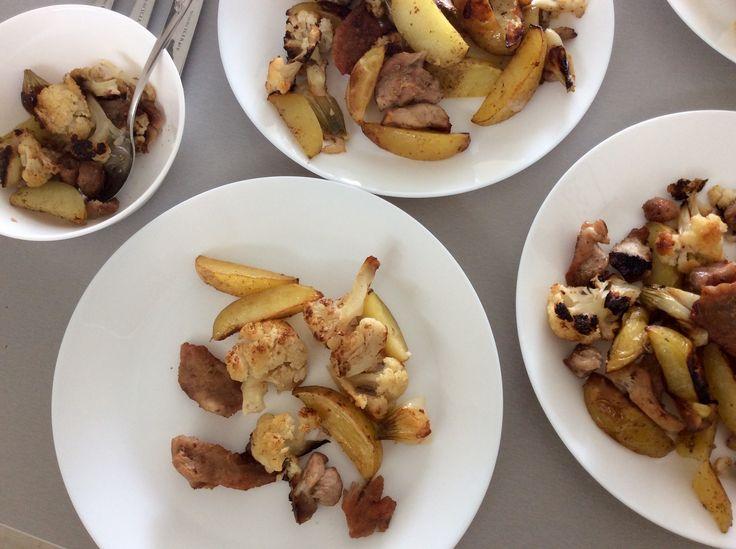 Pečené brambory, květák, cibule a vepřová kýta s kmínem